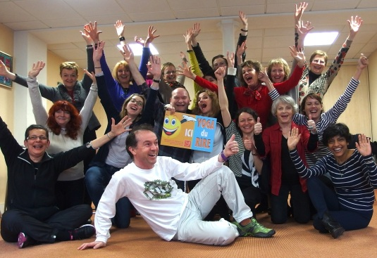 """Les participants de la formation """" Yoga du rire """" avec Fabrice Loizeau en bas, au centre"""